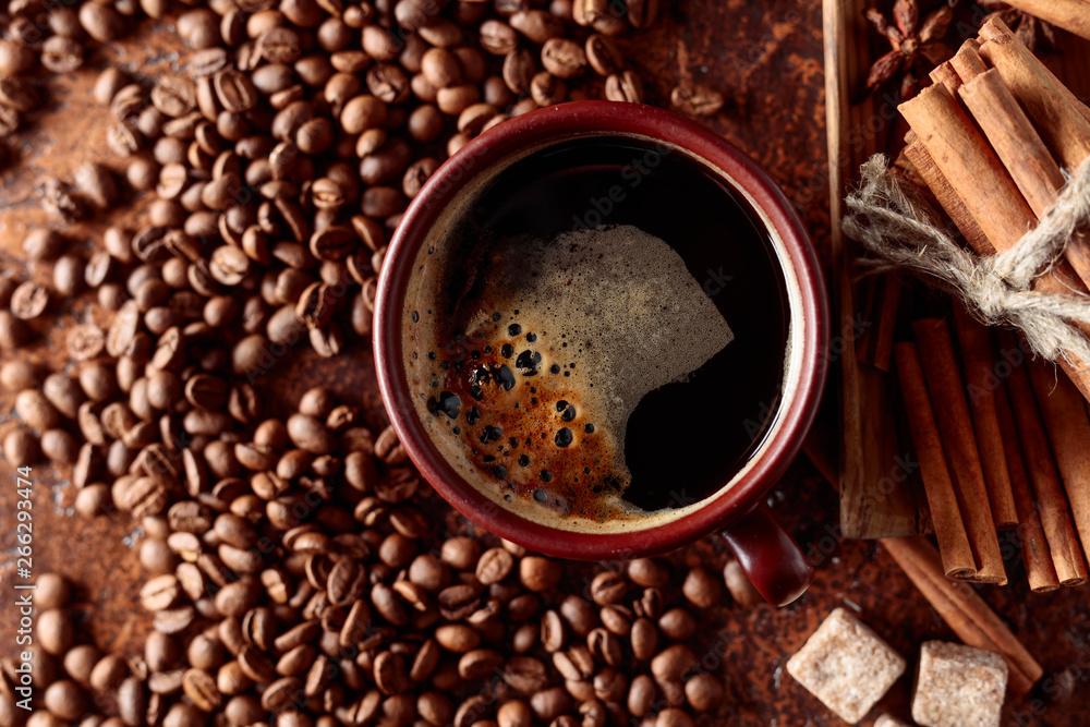 Kawa z cynamonem, anyż i kawałki brązowego cukru.