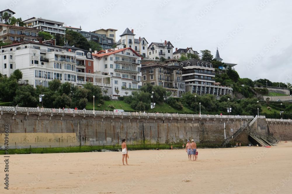 Plaża Concha W San Sebastian, Hiszpania. Sierpnia 13,2014.widok majestatycznego budynku, w pobliżu plaży La Concha