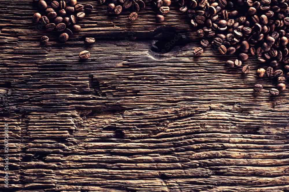 Z góry widok z ziaren kawy na wiejski stół dębowy