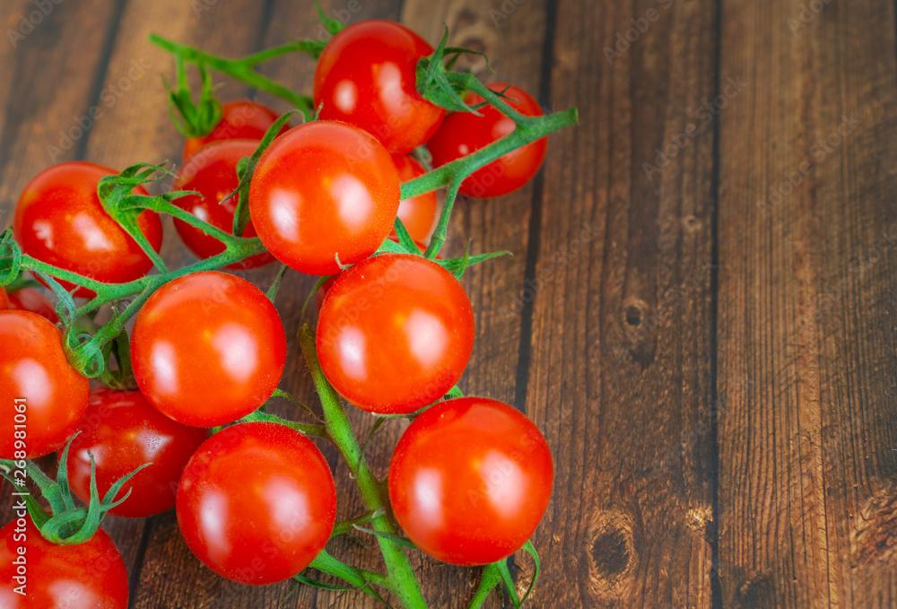 Świeże pomidory wiechy, drewniana podłoga tło i kopiować miejsca