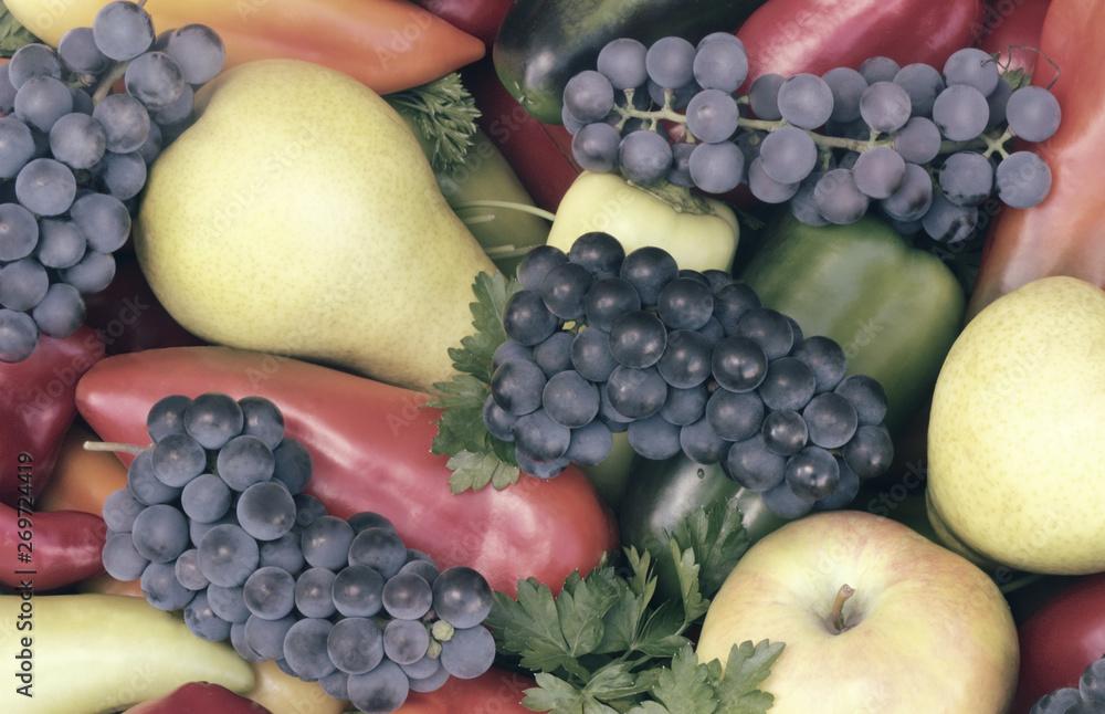 Wiele różnych owoców, czerwony , żółty i zielony pieprz.