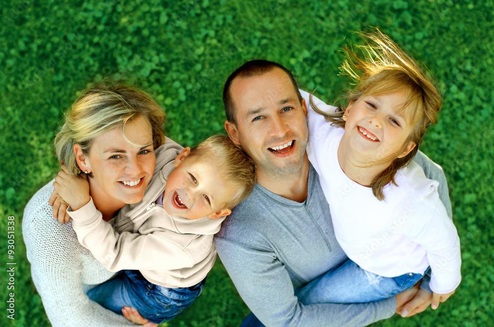 portret szczęśliwa rodzina, uśmiechając się od góry