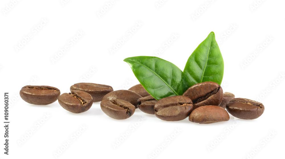 ziarna kawy z liści, na białym tle