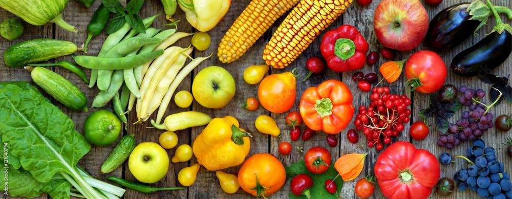zielone, czerwone, żółte, fioletowe warzywa i owoce