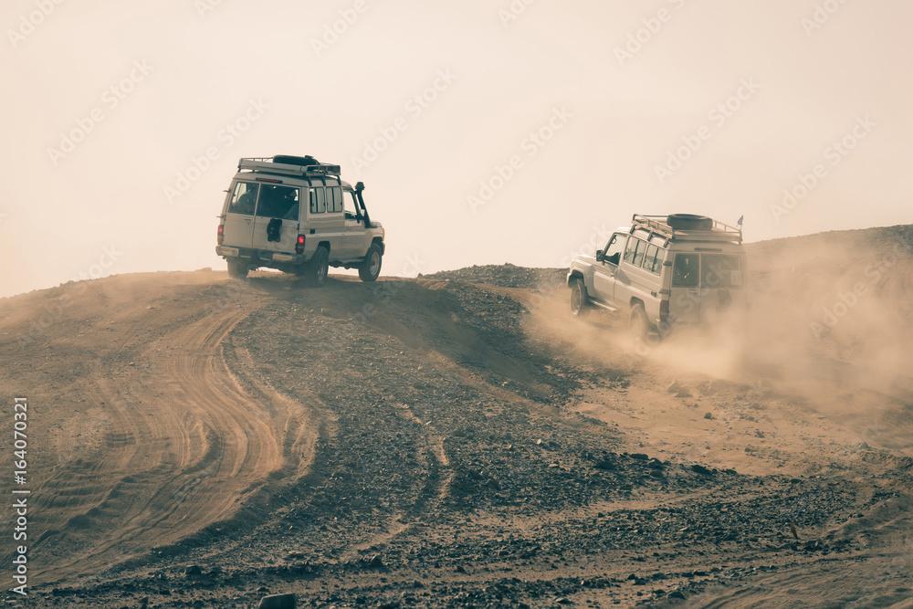 Prowadzenie samochodu w zakurzonych pustyni