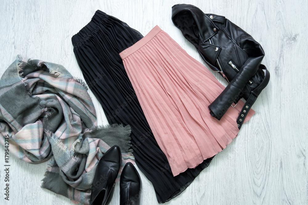 Czarno-różowa spódnica, kurtka, szalik i buty. Modne pojęcie