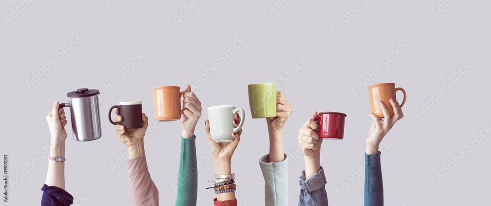 Wiele różnych podniesionymi rękami, trzymając kubek kawy