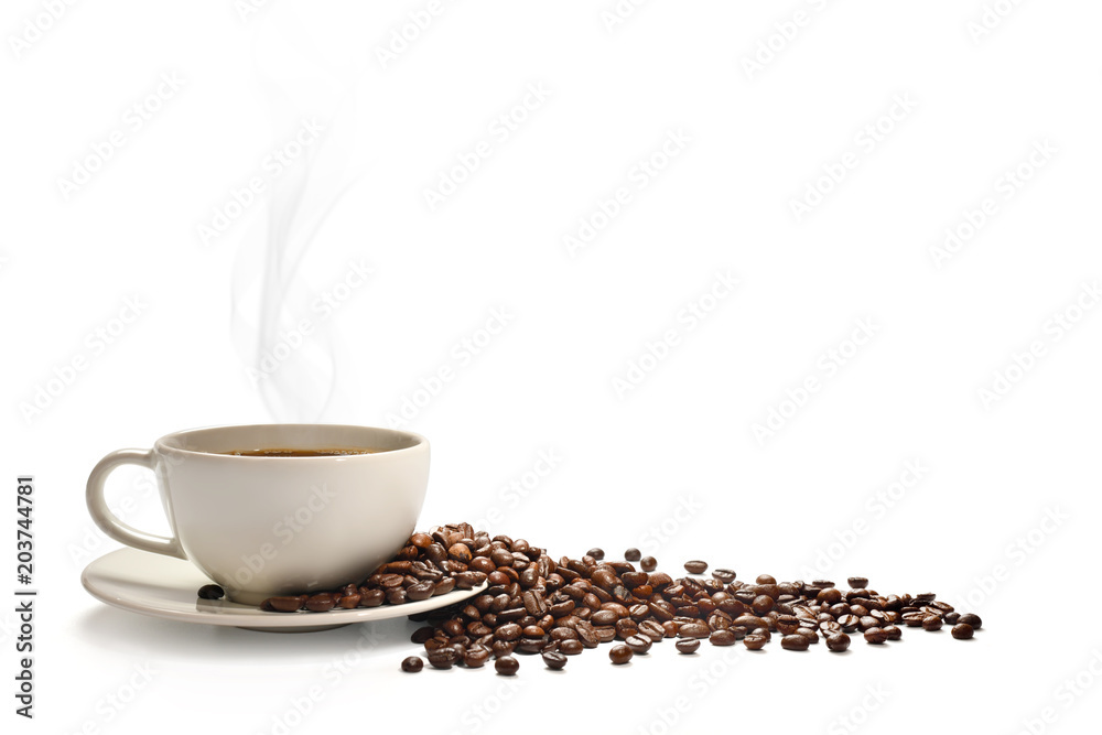 Filiżanka kawy z dymem i ziaren kawy, na białym tle na białym tle