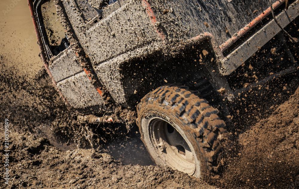 Samochód jeep pluskać się w błotnisty teren