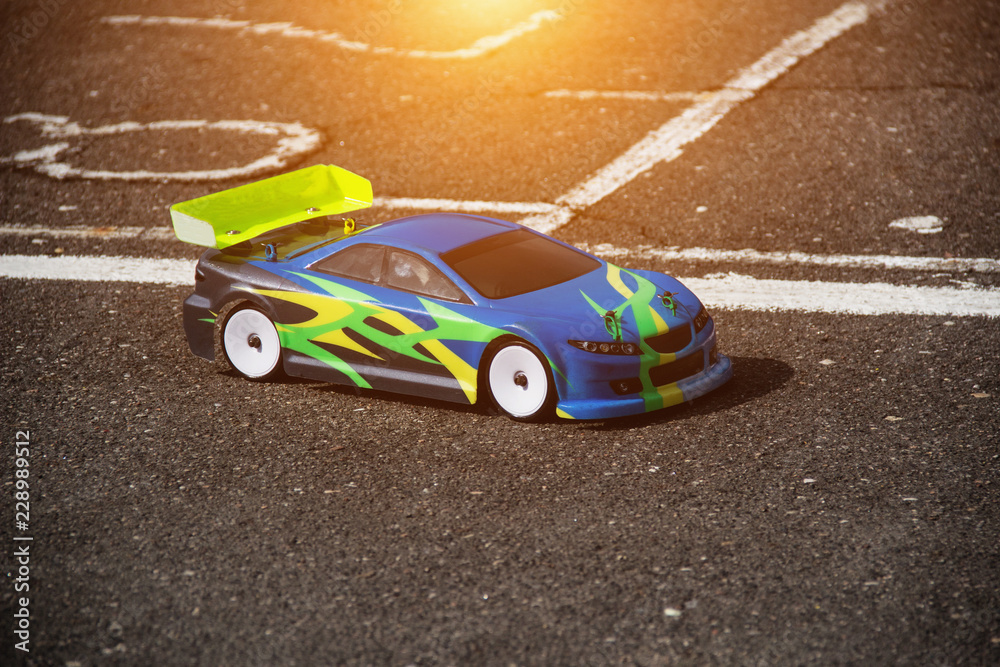 Samochodowy sport na radio, kolorowy rc samochód stoi na drodze asfaltowej, zbliżenie, model
