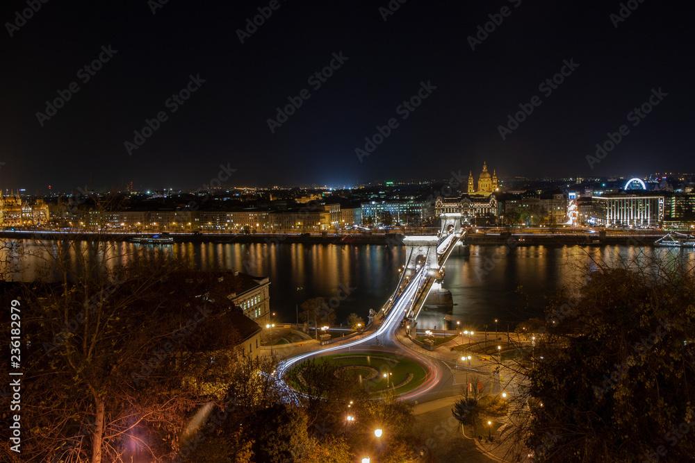 Horyzont Budapeszt nocą, most łańcuchowy i Clark Adam square. Na Tle katedry Świętego Stefana na brzegu Dunaju w stolicy Węgier