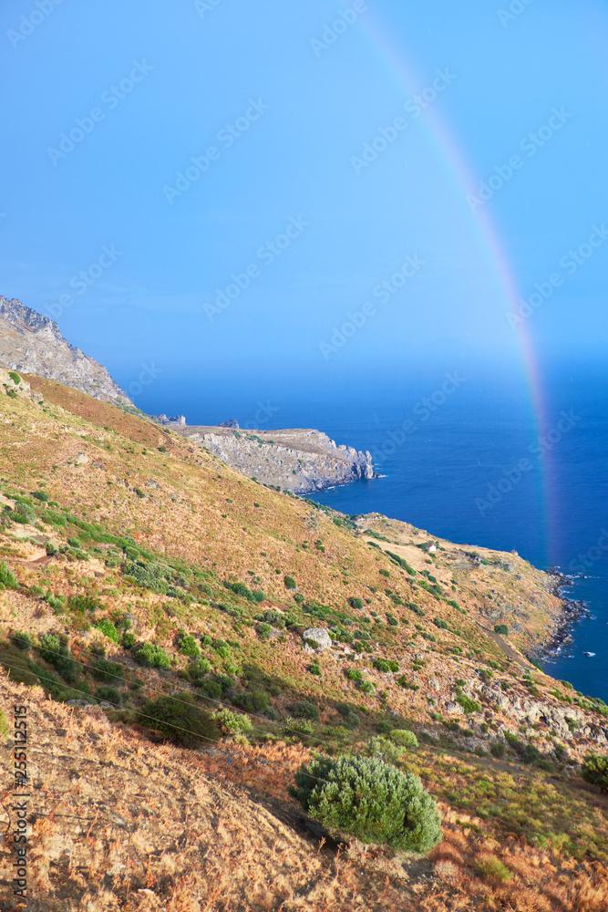 Wybrzeże dziki pagórkowaty wyspa Крета z chmurką