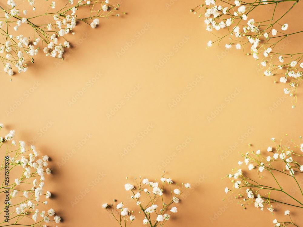 Beżowy moda, kwiaty płaskie leżał tle