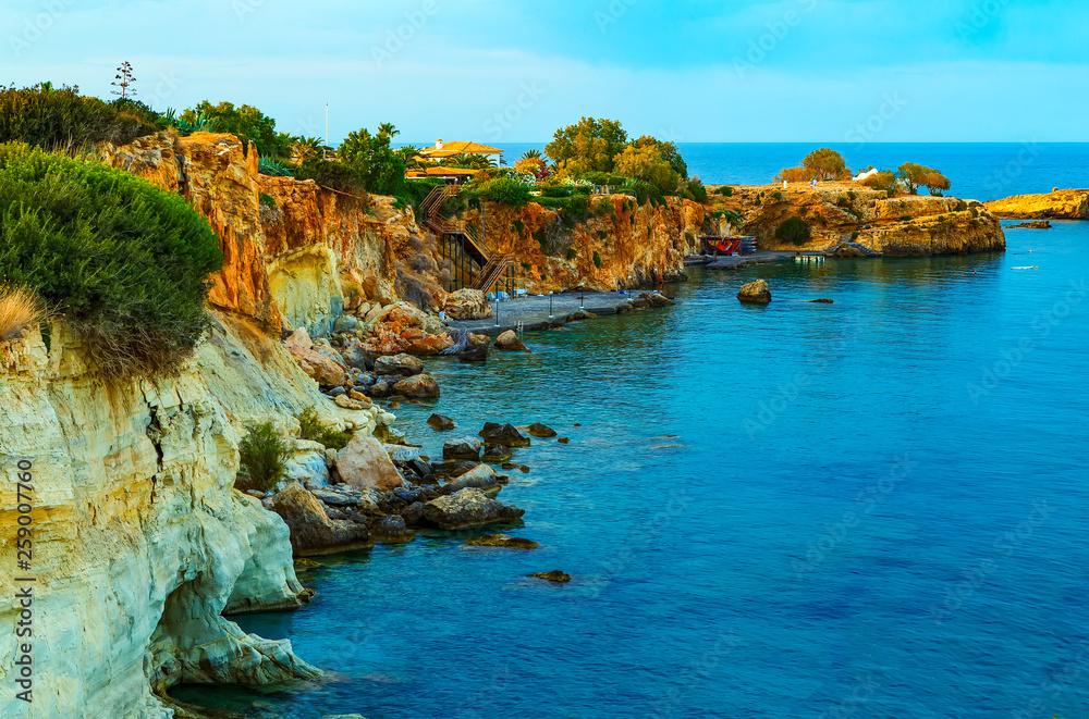 Widok pięknej przyrody wybrzeża i zatoki zatokę Agia Pelagia, w pobliżu Heraklion, Kreta, Grecja.