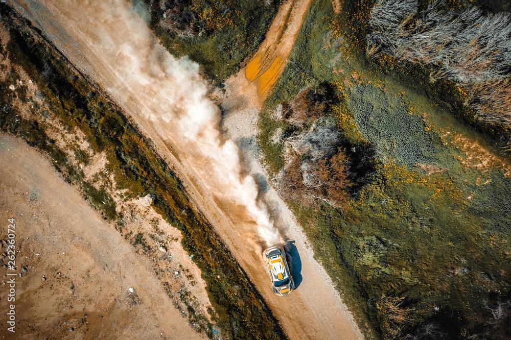 Drifting samochodu rajdowego. Widok z góry