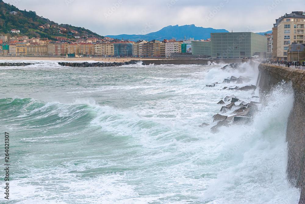 Morskie fale na ścieżce w San Sebastian, Hiszpania