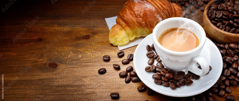 Kawy i rogalika z ziaren kawy na drewniane tła