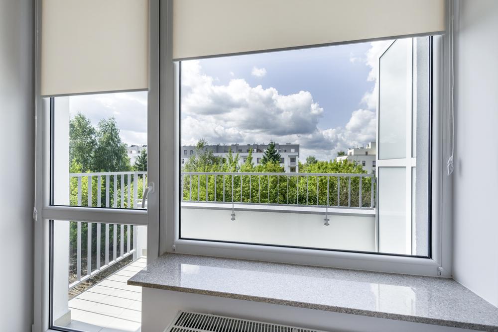 Jak dobrać rolety do drzwi balkonowych?