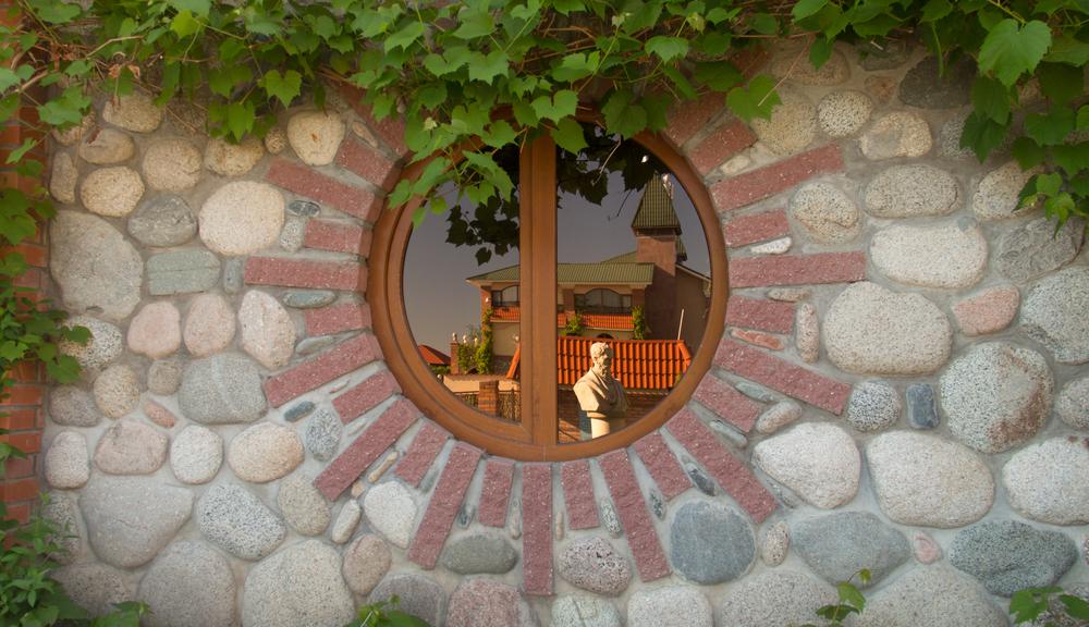 Jak zamontować rolety na okno dekoracyjne?