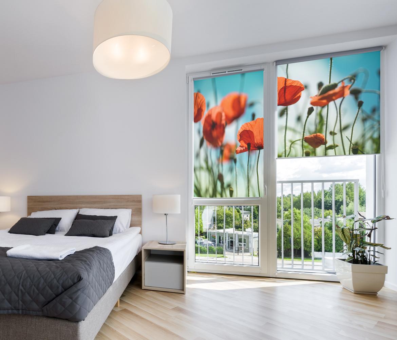 Dekoracja okien w sypialni z fotonadrukiem maki